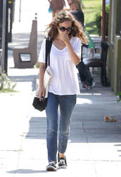 Natalie Portman - Out For An Early Lunch 08.01.12 (x12)